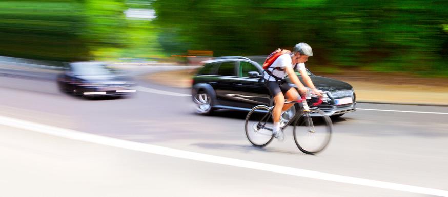 Ciclista-en-carretera-con-coches