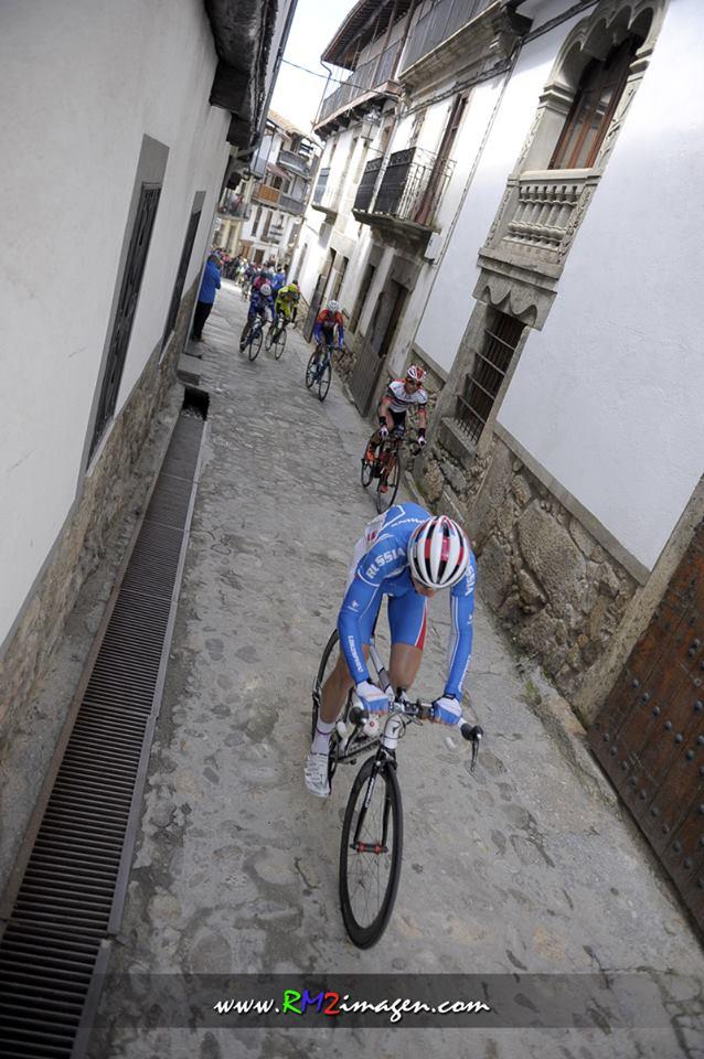 Ciclismo por medio del pueblo