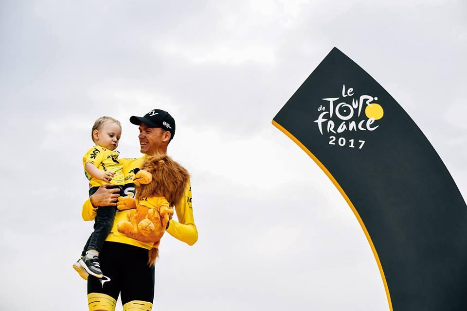 Froome posa con el maillot jaune en el podio de París