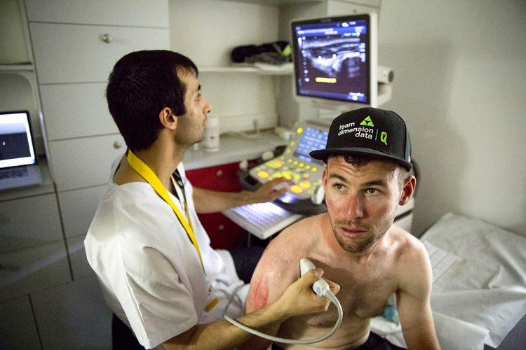 Mark Cavendish atendido tras caerse en la llegada a Vittel