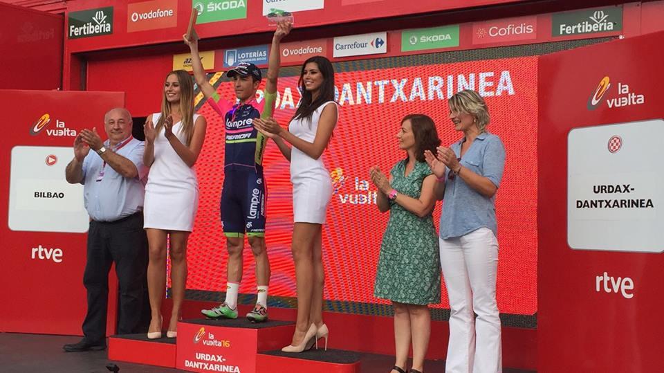 Azafatas en el podio de la Vuelta a España