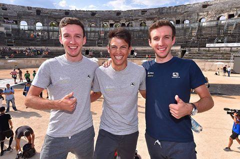 Los hermanos Simon y Adam Yates con Esteban Chaves en Nimes