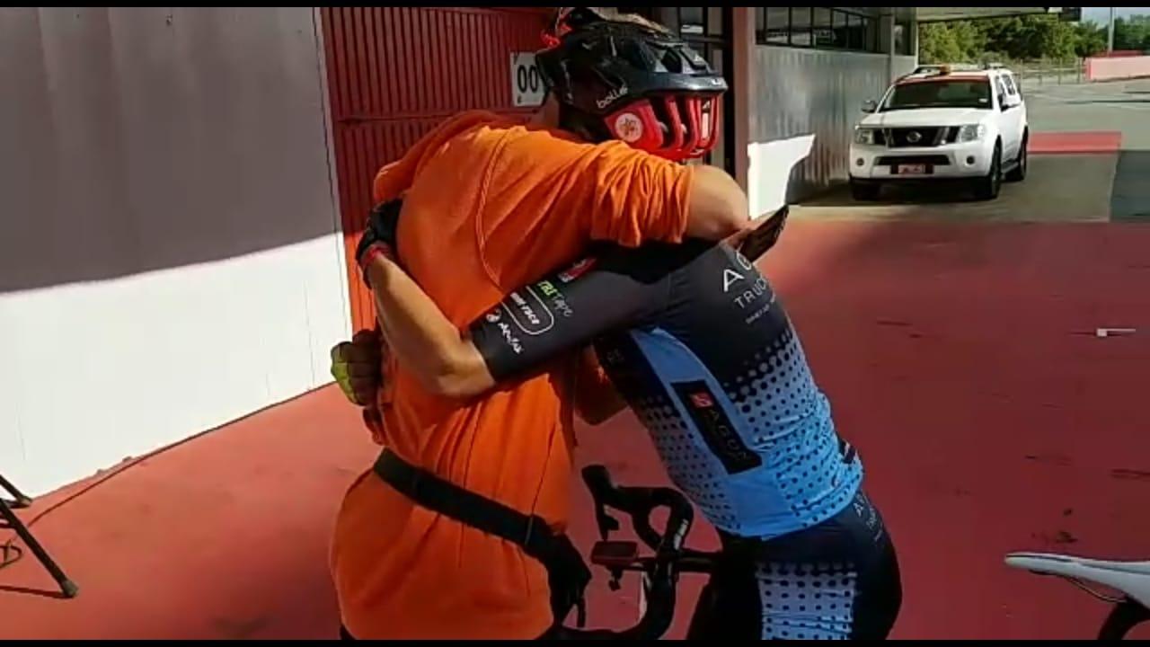Jose Maria Moya Berria Bikes Montmelo abrazo JoanSeguidor